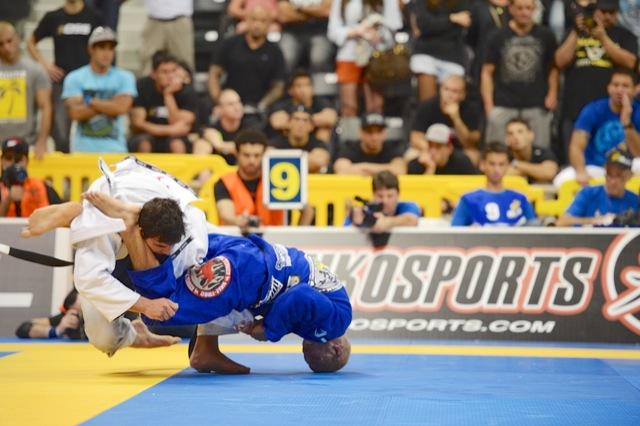 Rodolfo Vieira pega o braco de Joao Gabriel no absoluto Foto Mike Colon
