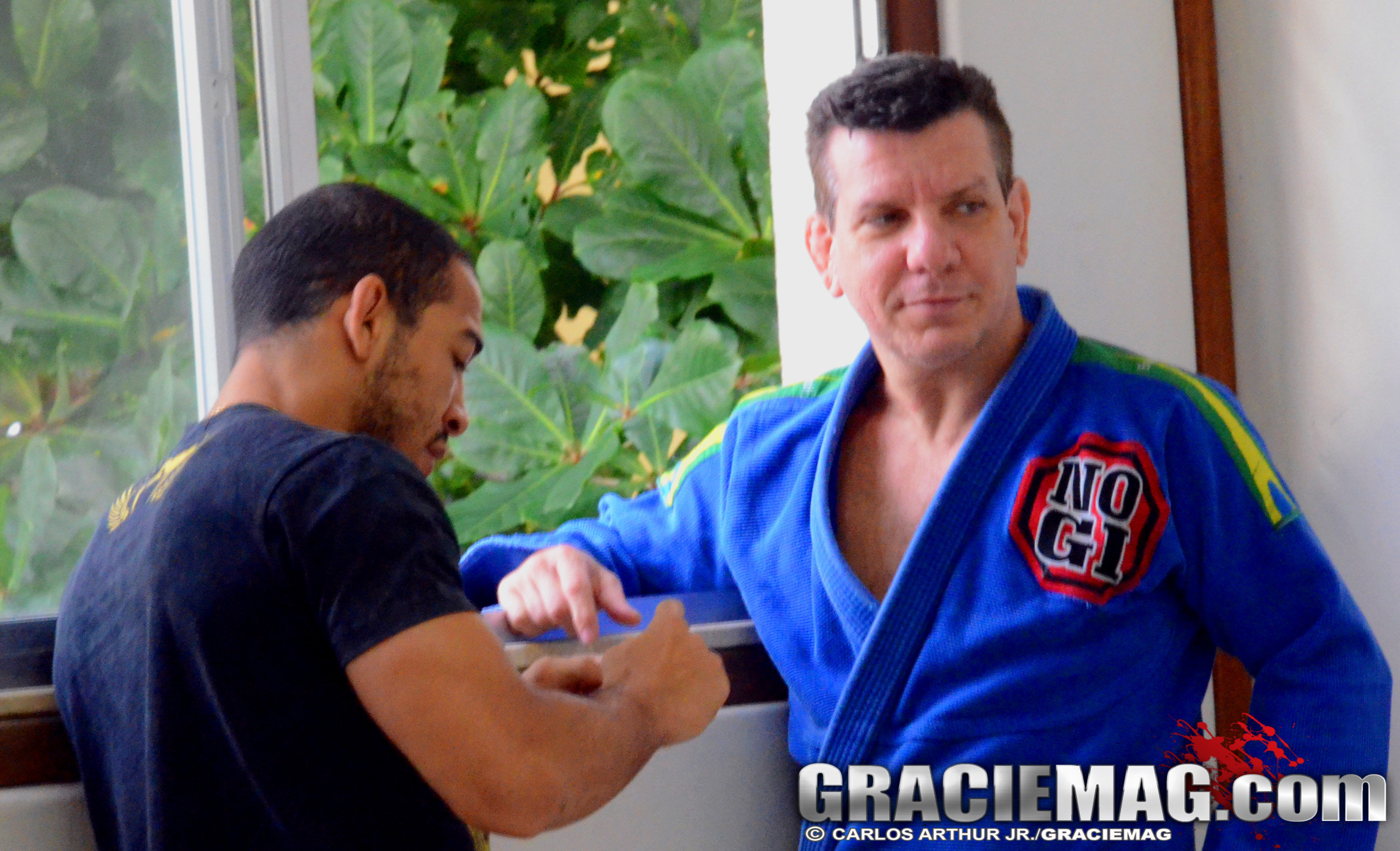 José Aldo conversa com Dedé Pederneiras antes do treino. Foto: Carlos Arthur Jr. / GRACIEMAG