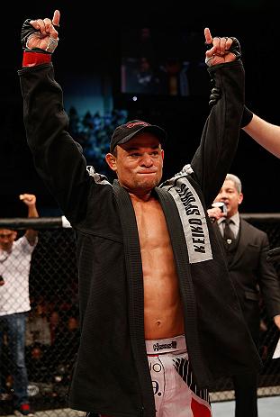 Tibau vestiu o kimono após vitória no UFC no Combate 2. Foto: Josh Hedges/Zuffa LLC via Getty Images
