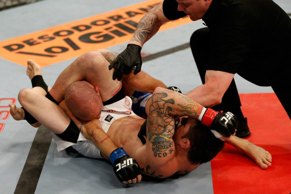 Rony Jason apaga Mike Wilkinson no triângulo. Foto: UFC/Facebook