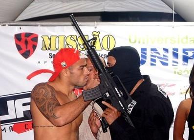 Lutador leva arma de paintball à pesagem e gera protestos