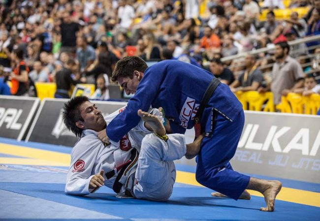 Gui Mendes breaks down a grip that makes a knee slice, long step, leg drag possible