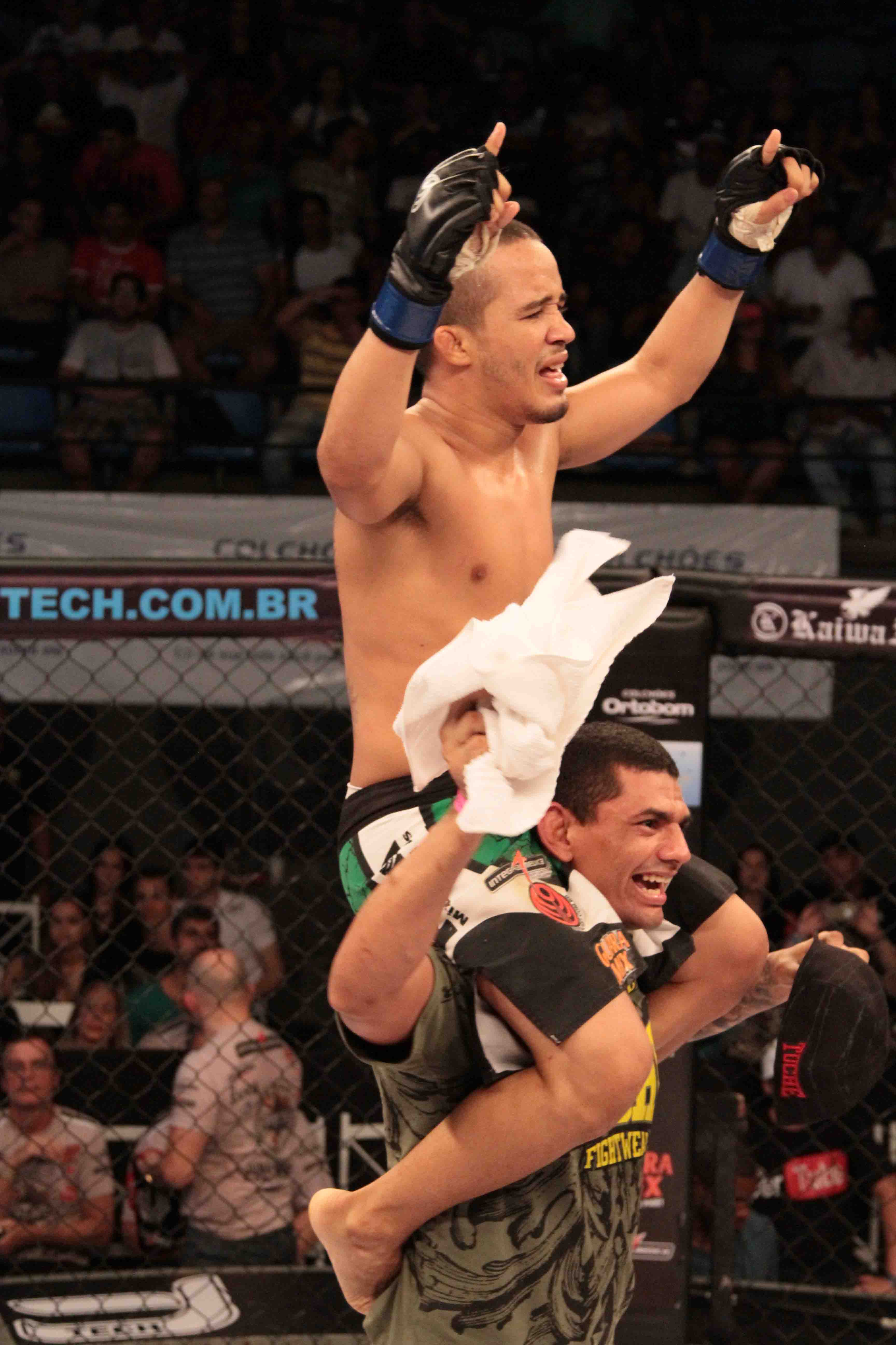 Júnior Boya comemora no Jungle Fight 55. Foto: Divulgação / Fernando Azevedo