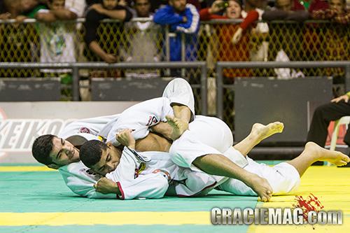 João Gabriel ataca das costas no Jiu-Jitsu. Foto: Gustavo Aragão / GRACIEMAG
