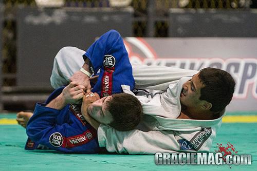 Finte a passagem de guarda e ataque as costas no Jiu-Jitsu