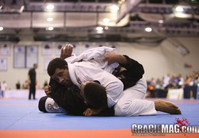 A pressão de Vitor Oliveira contra Formiga no Dallas Open de Jiu-Jitsu