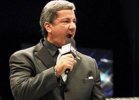 Voz do Ultimate, Bruce Buffer lança livro na semana do UFC Rio 4