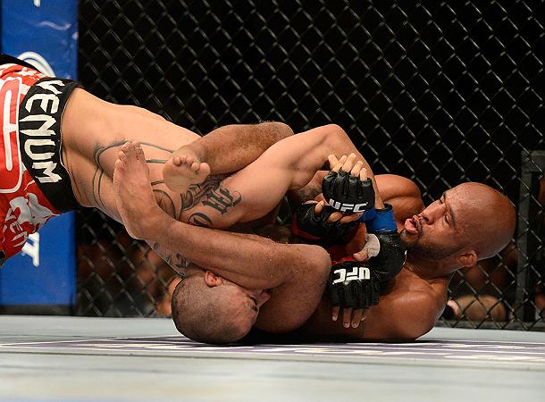 Demetrious Johnson finaliza e defende o cinturão peso-mosca no UFC on Fox 8