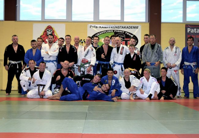 Watch Rodolfo Vieira roll non-stop at seminar with fifteen students blue to black