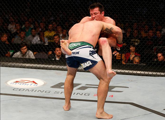 Sonnen vê o pescoço de Shogun e investe na guilhotina fatal. Foto: UFC/Divulgação