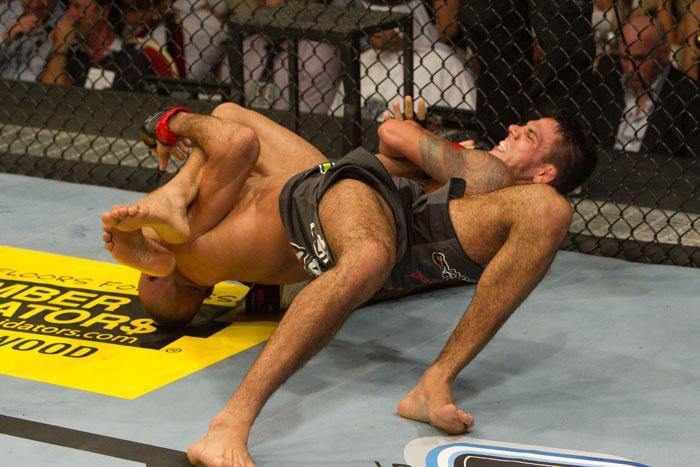 Rafael Dos Anjos ajusta o armlock. Foto: UFC/ Divulgação