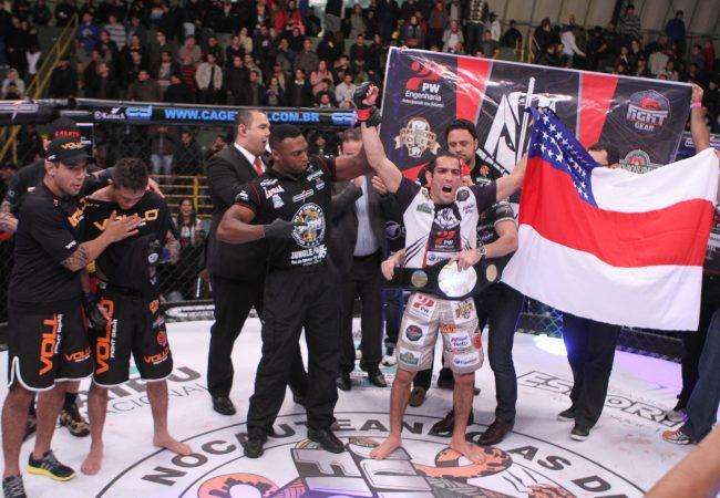 Jungle Fight 56 coroa Mário Israel com o cinturão de pesos-galos