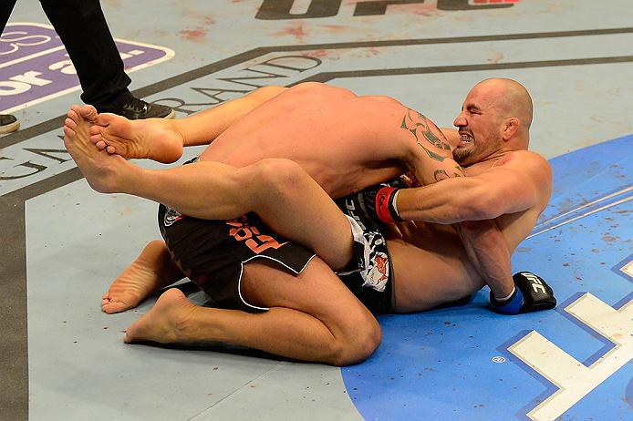 Glover mostra seu Jiu-JItsu ao apertar Te Huna na guilhotina. Foto: Donald Miralle/Zuffa LLC via Getty Images