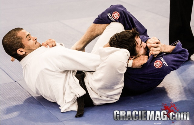 Aprenda a finalizar com o estrangulamento berimbau no Jiu-Jitsu