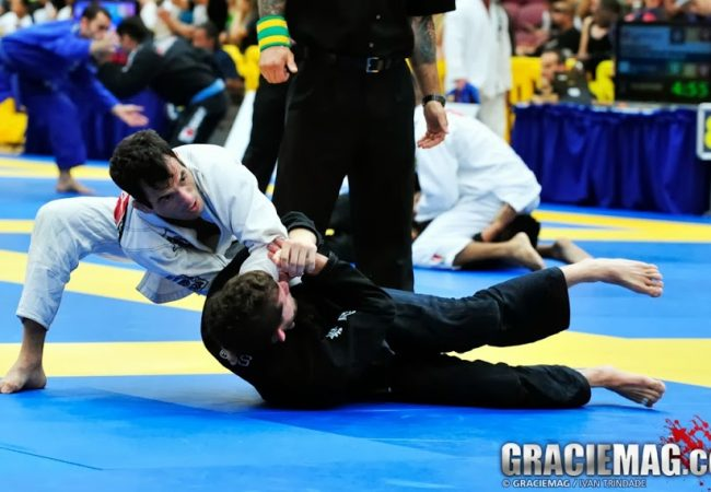 Passou a guarda do adversário no Jiu-Jitsu? Ataque logo o pescoço