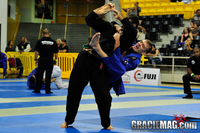 O oponente defendeu o berimbolo no Jiu-Jitsu? Pegue as costas como Keenan Cornelius