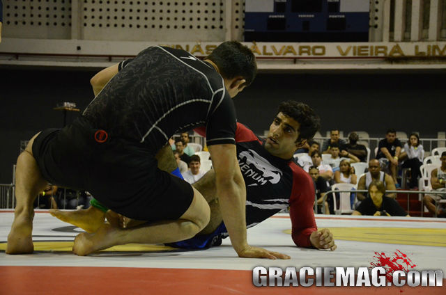Leandro Lo plays guard against Calasans. Photo: Vitor Freitas / GRACIEMAG