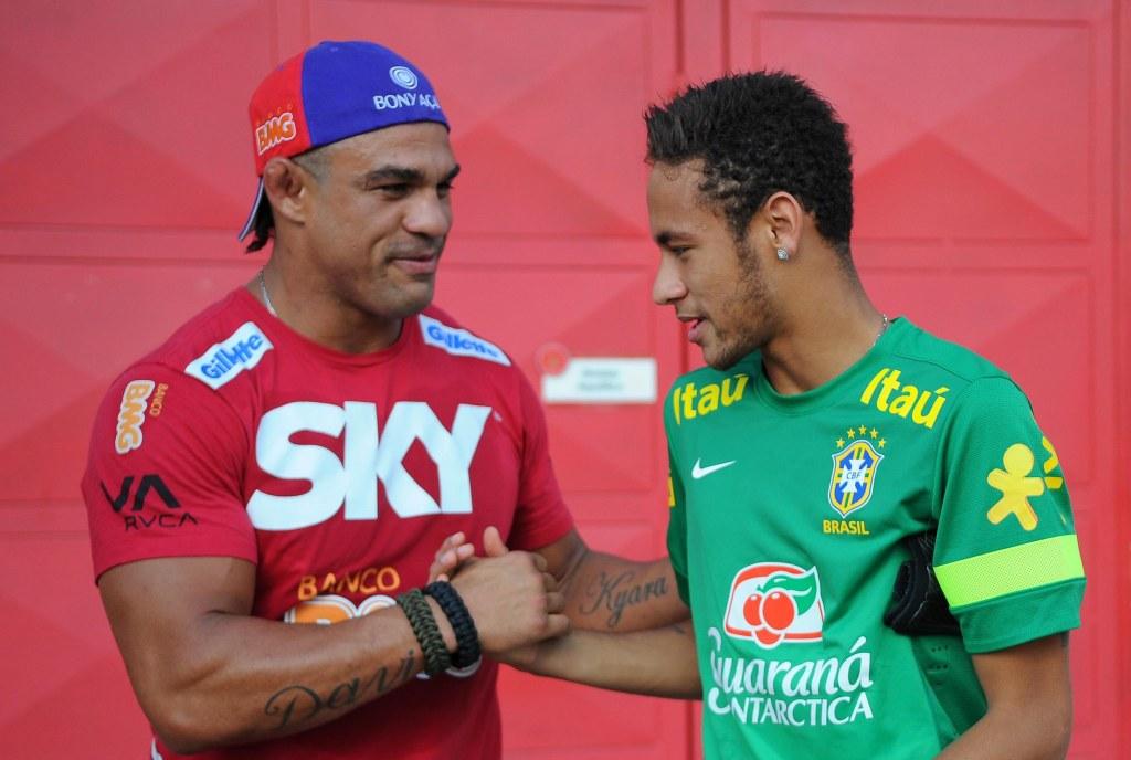 Vitor Belfort em encontro com outro ídolo da torcida brasileira, o artilheiro Neymar, em setembro último. Foto: Divulgação