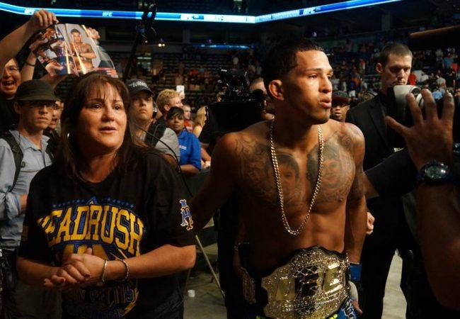 UFC 164: Pettis finaliza Henderson no braço e fica com o cinturão peso leve