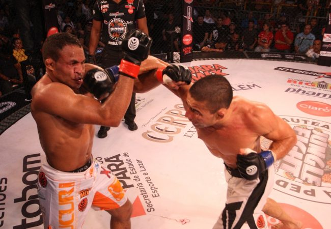 Gogó vence Jacarezinho em revanche e fatura cinturão peso-pena do Jungle Fight 57
