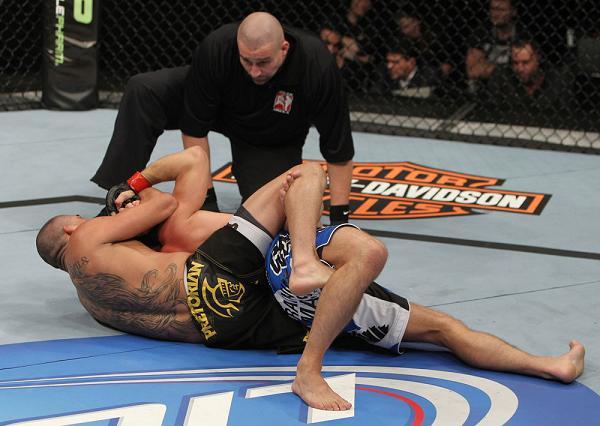 Vídeo: aprenda com o mata-leão de Renan Barão no UFC