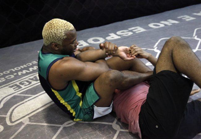 Atleta do UFC, Patolino treina forte no solo e recebe a faixa-azul de Jiu-Jitsu