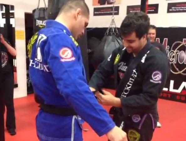 Veja Cain Velasquez, campeão do UFC, ganhando sua faixa-preta de Jiu-Jitsu