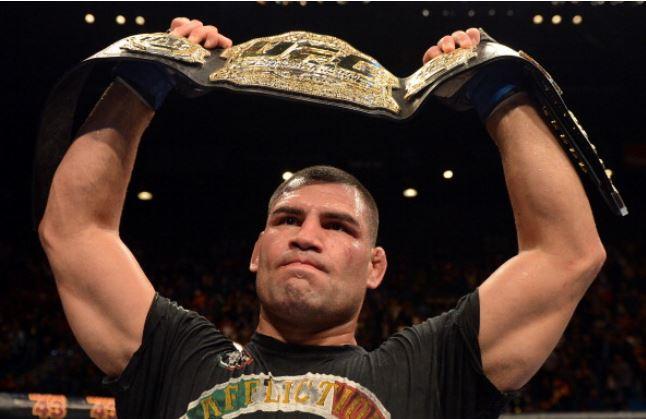 O novo faixa-preta Cain Velasquez com o cinturão dos pesados, reconquistado no UFC 155. Foto: UFC/Divulgação