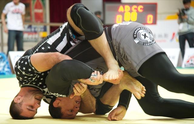 Campeão acima de 99kg em 2011, o ex-UFC Vinny Magalhães foi surpreendido por um colega de treinos: Jared Dopp, faixa-roxa de Rafael Lovato. Foto: John Lamonica