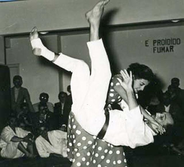 Helio Gracie leva uma queda em demonstracao de defesa pessoal e Jiu Jitsu Foto Arquivos