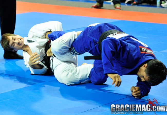 Learn to finish with the triangle from the spider guard with Osvaldo Queixinho