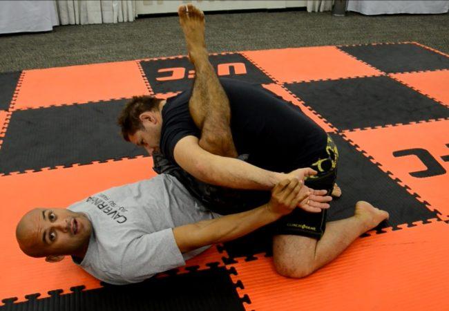 Nos bastidores do UFC, aprenda uma kimura da guarda com Caveirinha