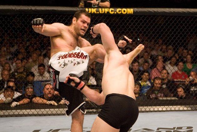 Napão em sua maior vitória da carreira: o nocaute com chute alto sobre Cro Cop. Foto: UFC