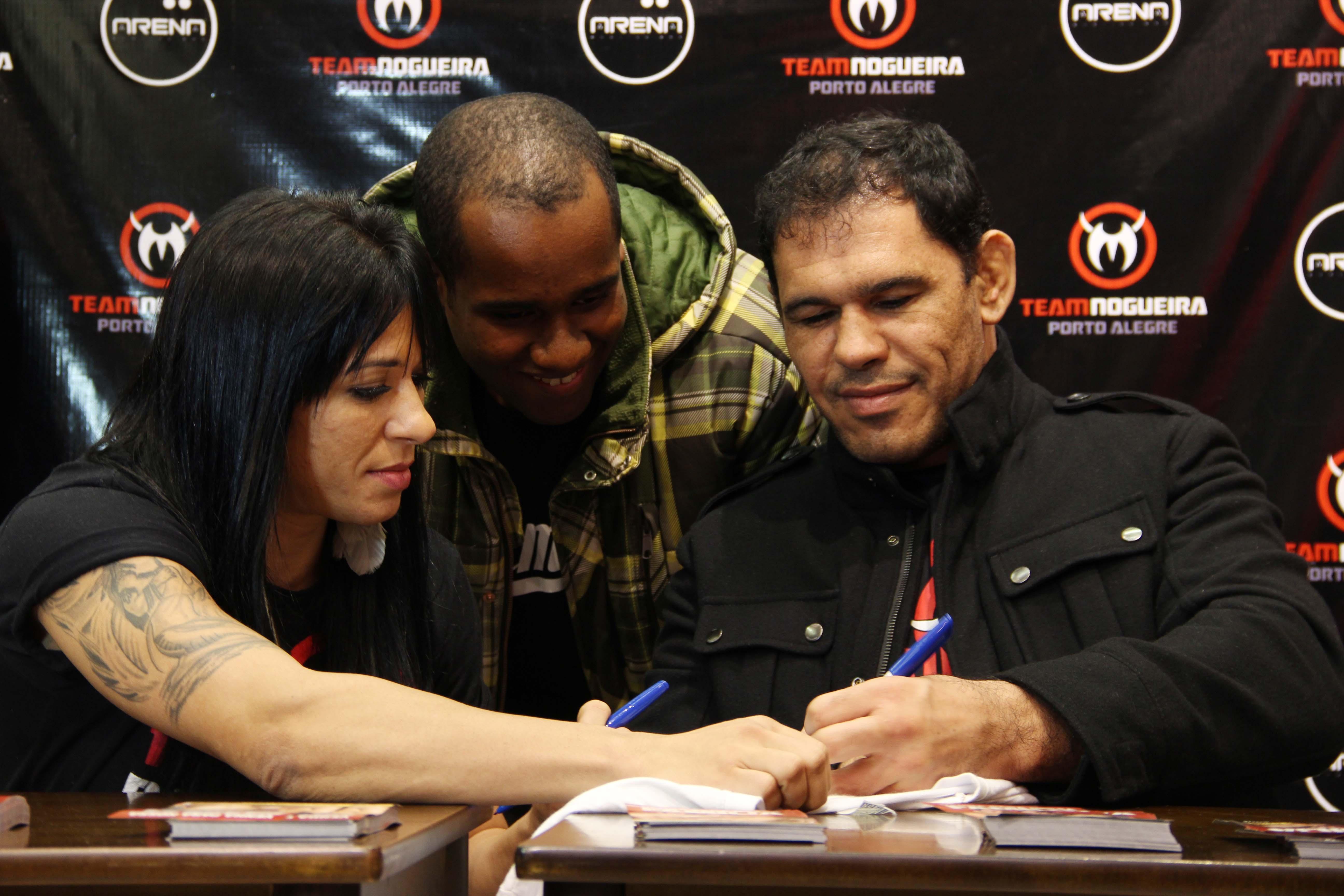 Minotouro, com a atleta Ana Maria Índia: o lutador do UFC estará no coquetel de lançamento do curso, na Barra da Tijuca. Foto: Divulgação