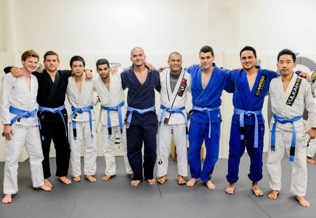 Um faixa-azul de Jiu-Jitsu é um faixa-branca que…