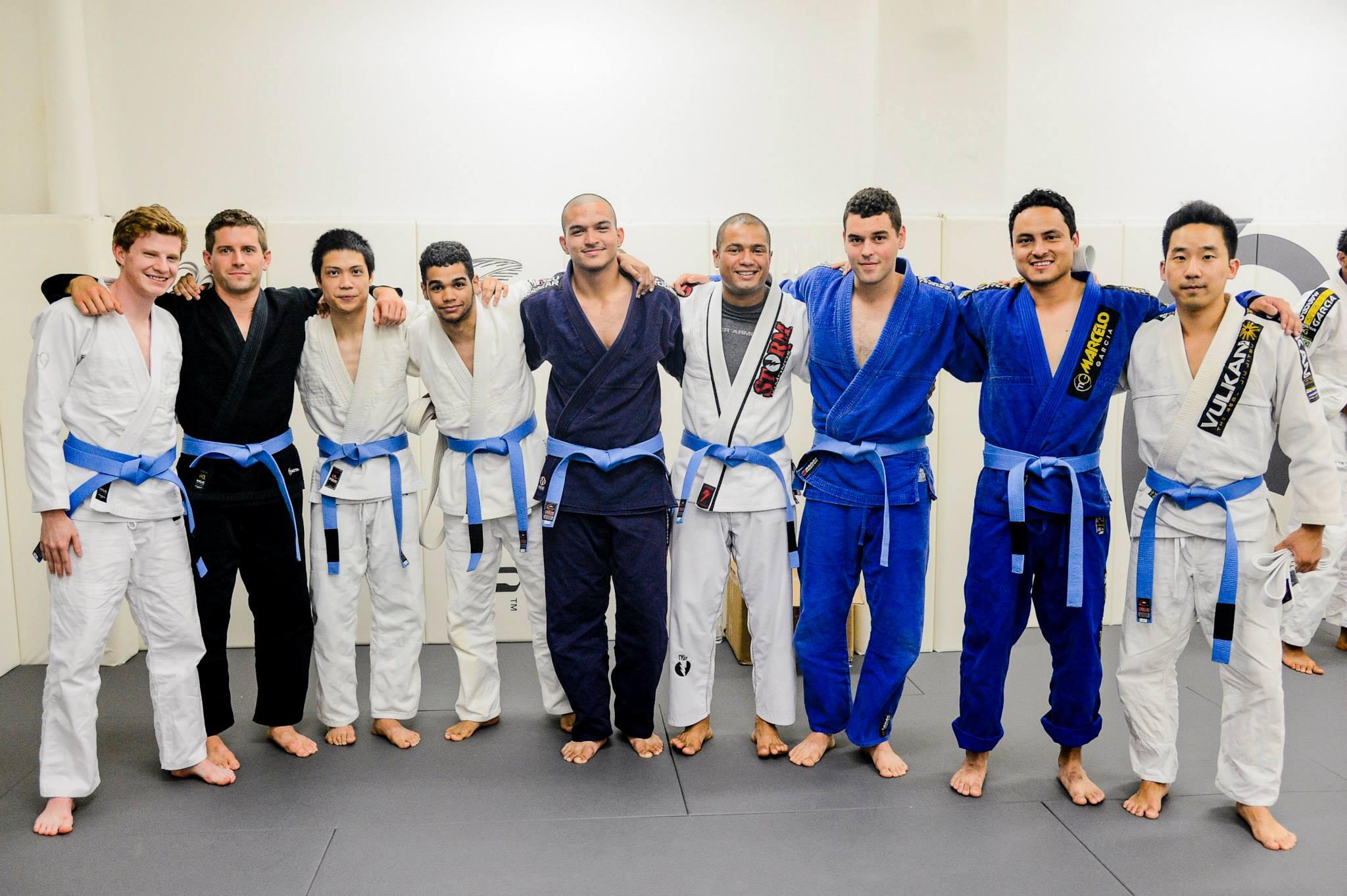 """Faixas-azuis na academia de Jiu-Jitsu de Marcelinho Garcia, em NY. Foto: John """"Ric"""" Ricard"""