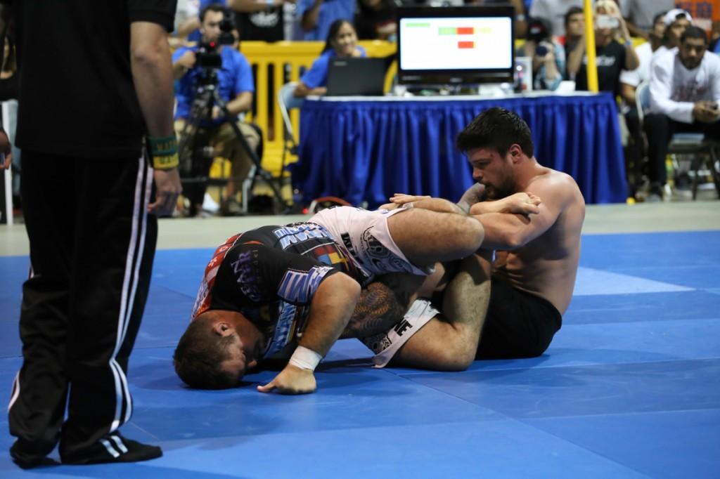 Tarsis Humphreys tenta defender o tornozelo contra Dean Lister, na superluta de sábado da Jiu-Jitsu Expo 2013. Foto: Ivan Trindade/GRACIEMAG
