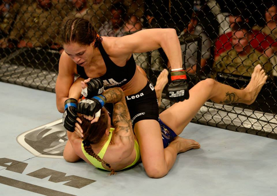 Amanda montou e castigou até vencer. Foto: UFC/Facebook