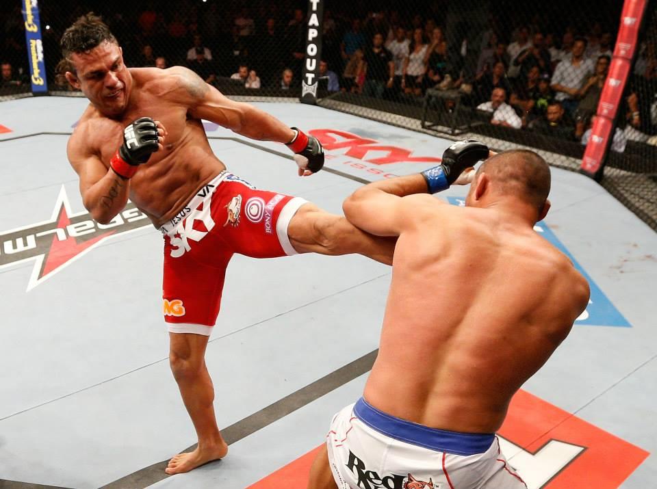 Belfort e o chute que nocauteou Dan Henderson em Goiânia. Foto: UFC/Facebook