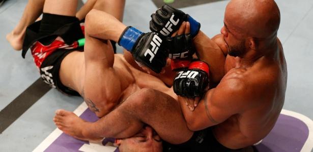 UFC 186: reveja o armlock de Demetrious Johnson no último segundo em Montreal
