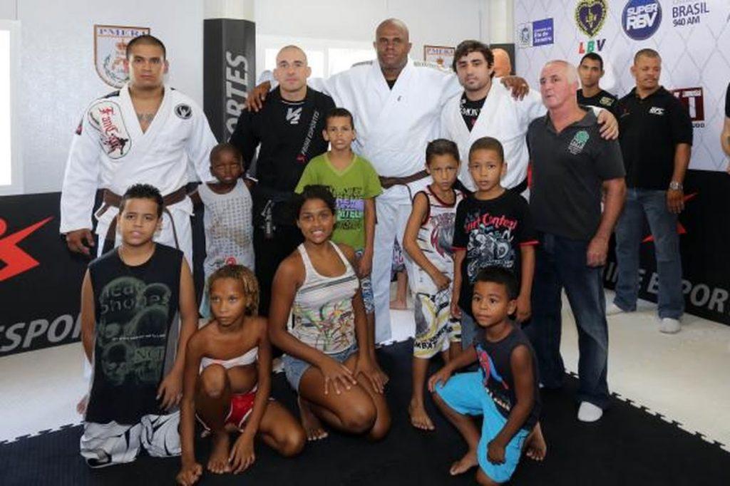 Ramon Lemos, faixa-preta de Jiu-Jitsu, e as crianças da UPP. Foto: Divulgação