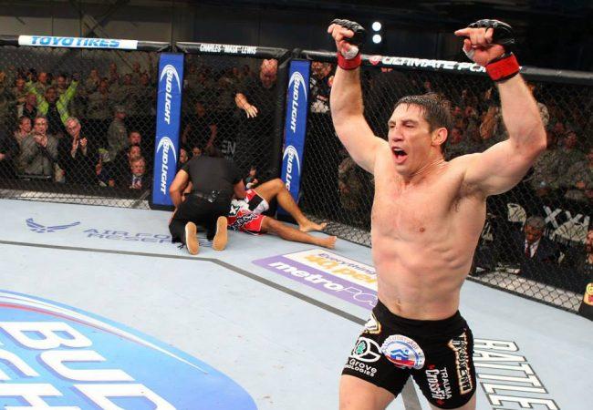 Tim Kennedy nocauteia Rafael Sapo e festeja com militares no UFC em Kentucky