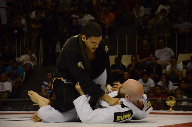Felipe Preguiça prepara a passagem de guarda. Foto: Vitor Freitas/ GRACIEMAG