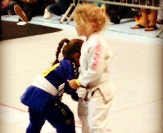 Emocione-se com esta luta de judô entre duas jovens guerreiras