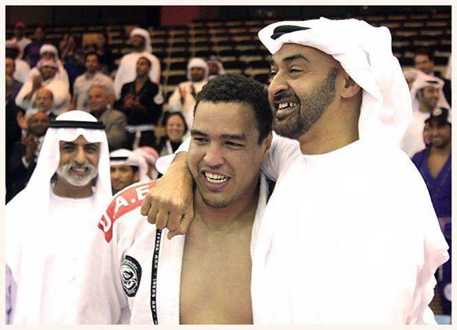 O faixa-marrom Faisal com o príncipe Mohamed bin Zayed, dos Emirados Árabes, após uma de suas conquistas no Jiu-Jitsu. Foto: Divulgação