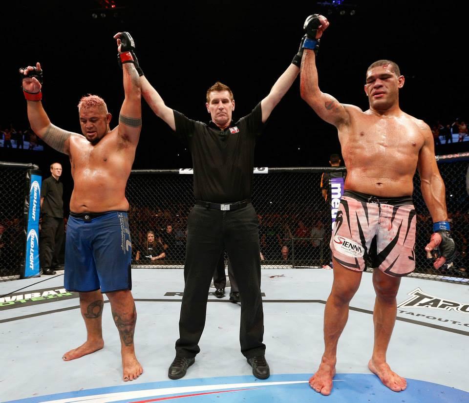 Mark Hunt e Pezao empatam na luta principal do UFC na Australia. Foto: Josh HEdges/Zuffa LLC via Getty Images