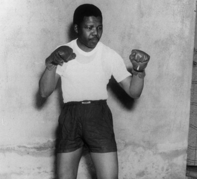 Nelson Mandela nos idos de 1950, trajando roupa de pugilista para uma sessão de fotos. Crédito: Divulgação/Getty Images