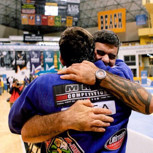 Rodrigo Cavaca abraca Marcus Buchecha apos vitoria do pupilo no Mundial 2013 da IBJJF Foto Divulgacao