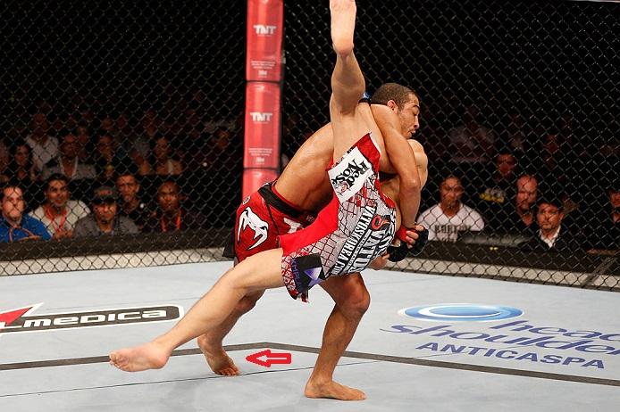 O pé inchado de Aldo na luta com o Zumbi Coreano. Foto: UFC/Divulgação