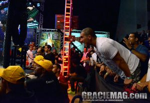 Rodolfo se apoiou na grade para incentivar Gogó na luta pelo cinturão. Foto: Carlos Arthur/GRACIEMAG